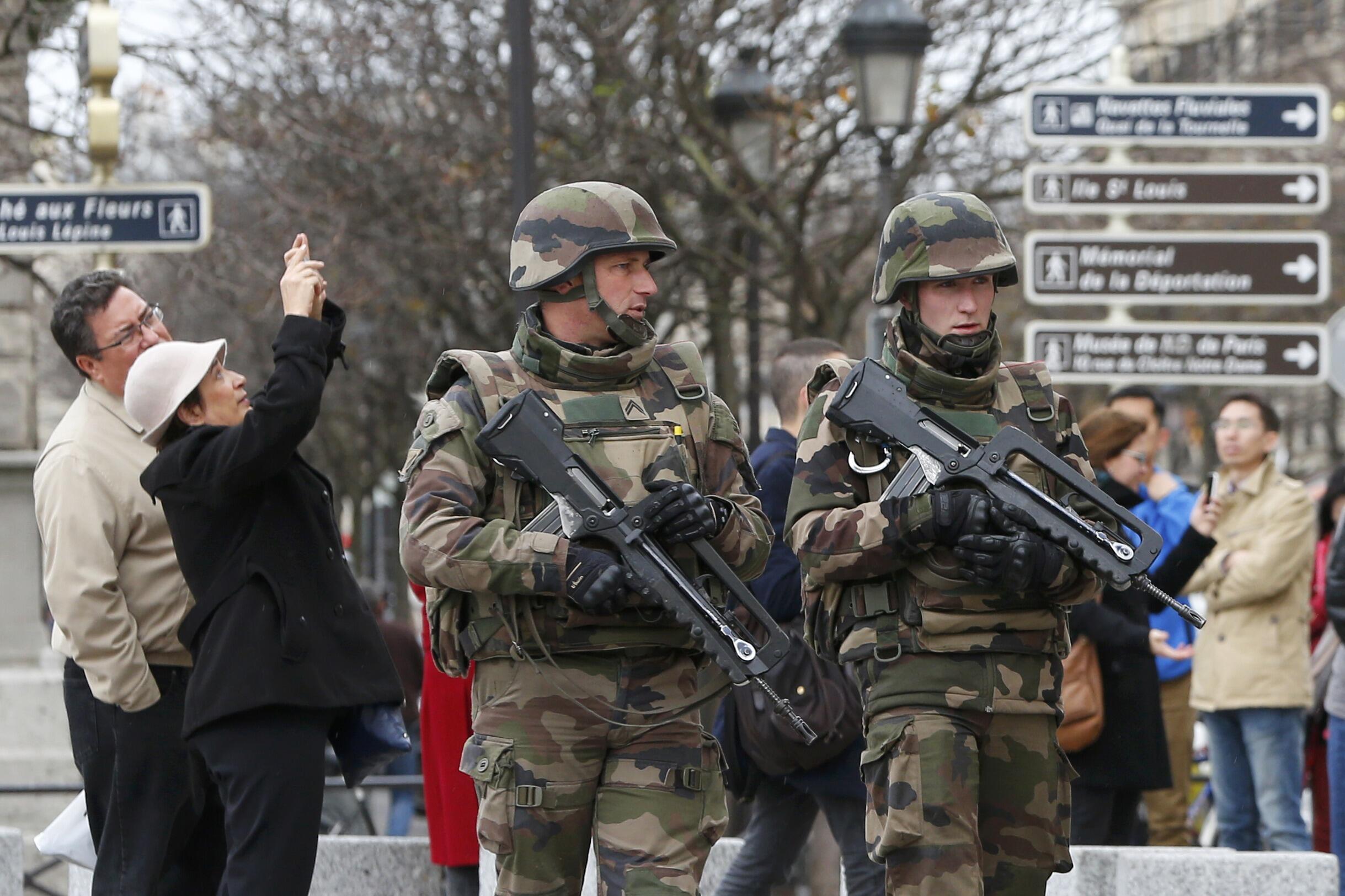 Французский спецназ патрулирует улицы Парижа на следующей день после серии беспрецедентных терактов, 14 ноября 2015 года