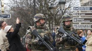 Intensa presença policial em Paris desde o ano passado assusta muitos turistas.