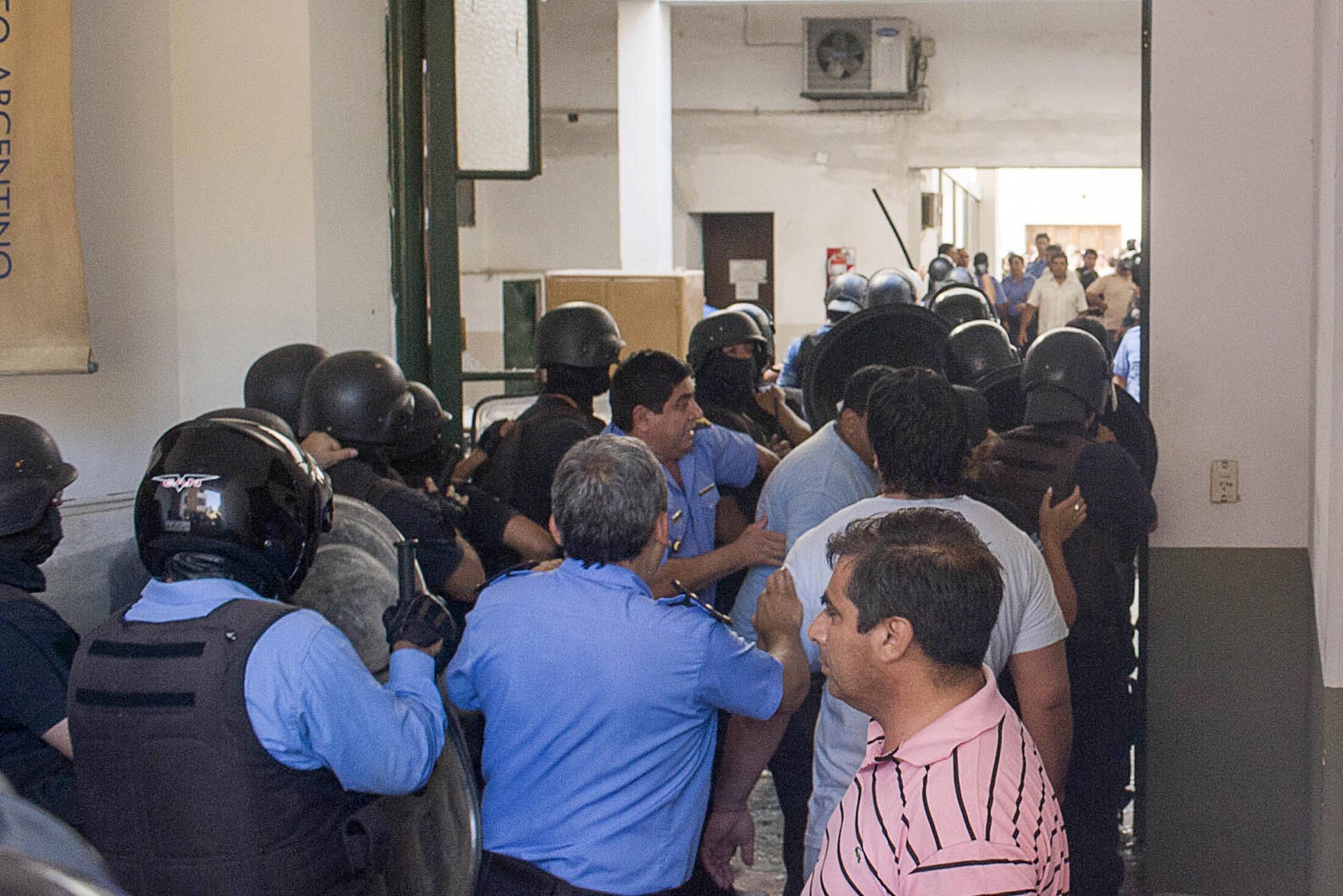 Policiers en grève au siège du gouvernorat de la province de Catamarca, le 6 décembre 2013.
