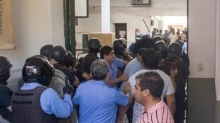 Policiais em greve entram na sede do governo de Catamarca, em 6 de dezembro de 2013.