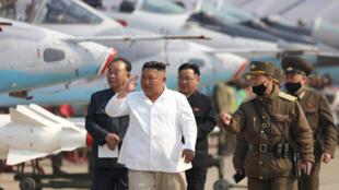 这张朝鲜中央新闻社(KCNA)2020年4月12日发布的未注明日期的图片显示,朝鲜领导人金正恩正在访问西部地区防空与防空师的追击突击飞机团。