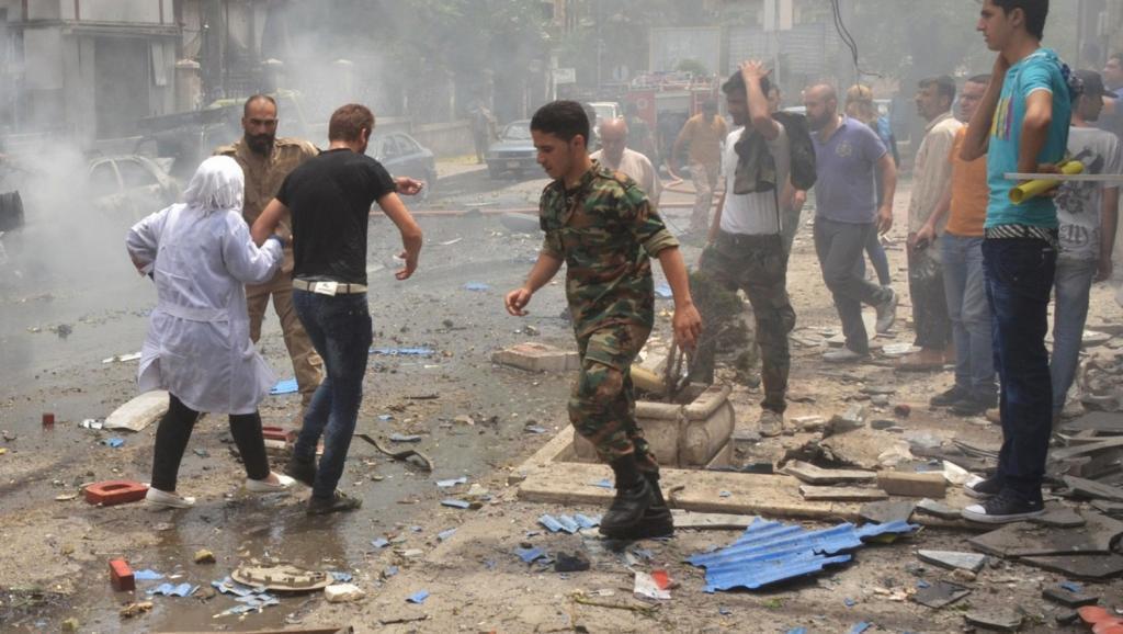Vikosi vya usalama vya Syria vikiwaokoa wafanyakazi wa hopitali ya Muhafaza Aleppo, baada ya waasi kurusha risasi, Mei 3 2016.