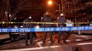Des policiers sur les lieux où deux des leurs ont été tués, dans le quartier de Brooklyn à New York, samedi 20 décembre 2014.