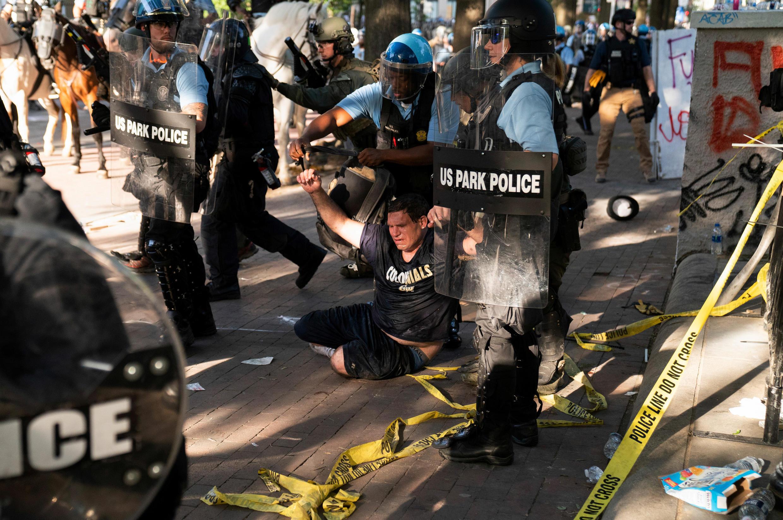 2020-06-02T031218Z_1512761383_RC2R0H9CIOH5_RTRMADP_3_MINNEAPOLIS-POLICE-PROTESTS-WASHINGTON