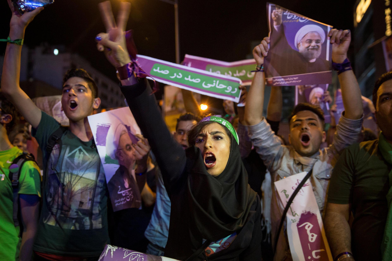 Partidarios del presidente Hasan Rohani durante un mitín la víspera del escrutinio, en Teherán.