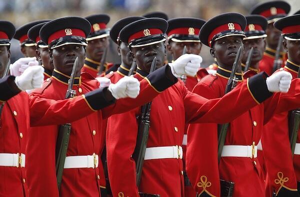 Wanajeshi wa Kenya wakitoa heshima wakati wa siku ya Madaraka ikiwa ni kumbukumbu ya miaka 49 tangu kupata uhuru kutoka Uingereza