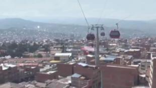 Une fois suspendu dans les airs, le panorama est époustouflant avec une vue inédite et imprenable sur la ville et la cordillère des Andes qui l'entoure. Les passagers sont séduits par la rapidité du voyage, moins de 10 minutes entre La Paz et El Alto.