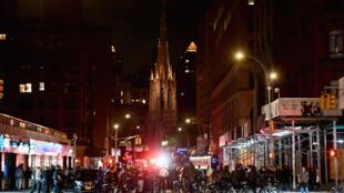 Policías desplegados para hacer respetar el toque de queda en Broadway, Nueva York, el 2 de junio