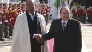 Le président tunisien avec Abdelaziz Bouteflika lors de sa première visite en Algérie, le 12 février 2012.