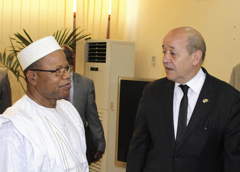 Jean-Yves Le Drian (r) with Malian Prime Minister Diango Cissoko in Bamako