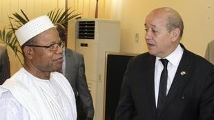 Jean-Yves Le Drian (r) with Malian Prime Minister Diango Cissoko in Bamako