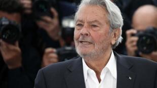 Alain Delon já está em Cannes, onde será homenageado por sua carreira como ator