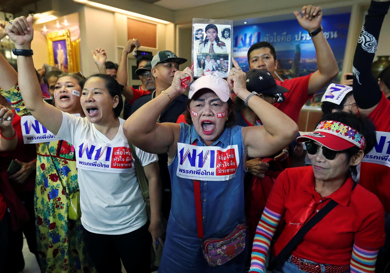 Eleitores do partido de oposição Pheu Thai Party comemoram primeiros resultados das pesquisas de boca de urna nas eleições legislativas da Tailândia.