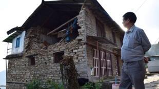Ramchandra Shrestha, un ingénieur à la retraite du village de Charikot, devant sa maison partiellement effondrée.