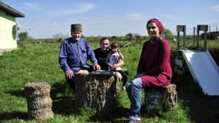 Barina et sa famille, à Panakhes. Tous ont désormais un passeport russe.
