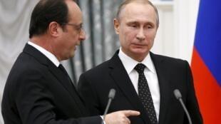François Hollande (g) et Vladimir Poutine (d), lors d'une conférence de presse à Moscou, le 26 novembre 2015.