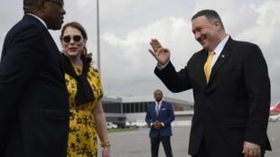 Le secrétaire d'État américain, Mike Pompeo, son épouse, Susan Pompeo, et le ministre angolais des Affaires étrangères, Manuel Domingos Augusto, avant de quitter l'Angola à l'aéroport international de Luanda.
