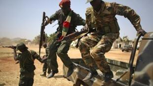 Soldados do SPLA saltam de veículo neste sábado, 21 de dezembro de 2013, no Sul do Sudão.