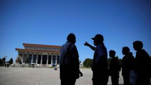 Des visiteurs devant le mausolée du président chinois Mao Zedong sur la place Tiananmen, à l'occasion du 50ème anniversaire du début de la Révolution culturelle en Chine.