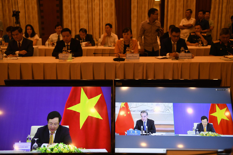 Ngọi trưởng Việt Nam Phạm Bình Minh và đồng nhiệm Trung Quốc Vương Nghị trong hội nghị trực tuyến ngày 21/07/2020.