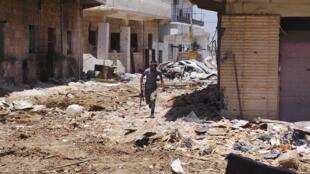 Soldado tunisiano envolvido na guerra contra Bashar al-Assad corre por rua devastada em Damasco