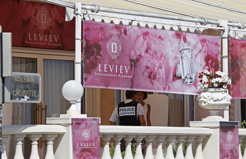 Oficial de polícia investiga roubo de jóias no Hotel Carlton, em Cannes, sul da França, em foto do dia 28 de julho de 2013.