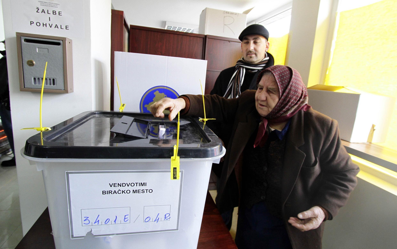Một phụ nữ Serbia ở Kosovo bỏ phiếu bầu Quốc hội, tại Gracanica, gần Pristina, ngày 12/12/2010 (Reuters)