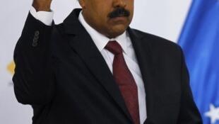 Presidente interino venceu opositor Capriles por margem estreita de votos.