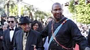 Mandla Mandela aux côtés de Joe Jackson, le père de Michaël Jackson, sur le tapis rouge du festival de Cannes, le 23 mai 2014.