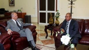Le Premier ministre malien Diango Cissoko et le ministre français des Affaires étrangères Laurent Fabius à Bamako, le 28 mai 2013.