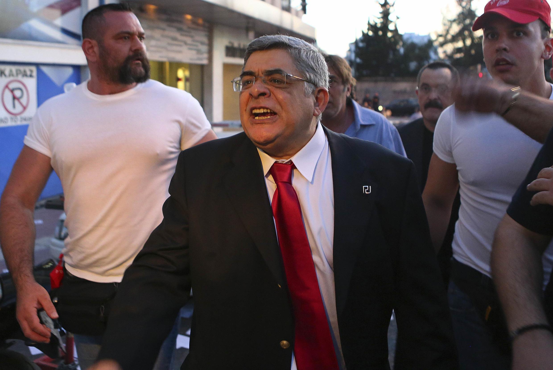 Le leader du parti d'extrême droite, Nikolaos Mihaloliakos (C) entouré de ses gardes du corps, le 6 mai 2012 à Athènes.