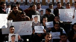 約旦安曼大學學生持卡薩斯貝赫AL-Kasaesbeh照片呼籲釋放這名約旦飛行員2015年2月3日