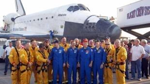 """Экипаж челнока """"Атлантис"""" после приземления в космическом центре на месе Канаверал 21/07/2011"""