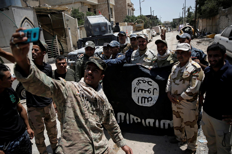 Ảnh minh họa : Lính Irak trưng cờ của Daech sau khi chiếm lại nhiều khu vực của Mossoul. Ảnh ngày le 17/06/2017.