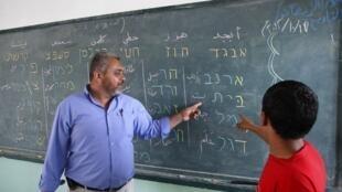 Un jeune garçon palestinien apprend l'hébreu dans une école de Rafah, dans le sud de la bande de Gaza. Photo prise le 17 octobre 2012.