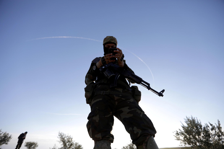 Un rebelle syrien, soutenu par la Turquie, près de la ville syrienne de Manbij, le 29 décembre 2018.