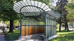 Lối vào Metro Porte Dauphine Metro quận 16, Paris.