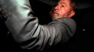 El expresidente Luiz Inacio Lula da Silva llega a su casa de São Bernardo do Campo, cerca de São Paulo, el 4 de abril de 2018.