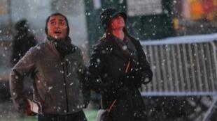 Pessoas caminham sob tempestade de neve na Times Square, em Nova York