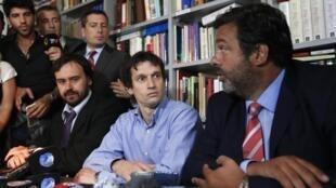 Diego Lagomarsino (centro), rodeado de sus abogados, Buenos Aires, 28 de enero de 2015.