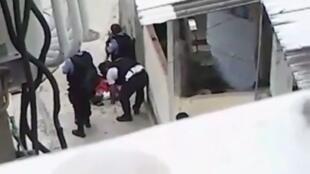 La vidéo montre la police de Rio en train de trafiquer la scène de crime.