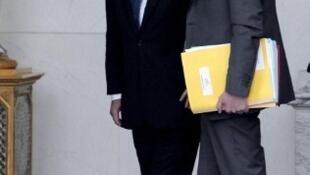 Ministro do Interior da França, Manuel Valls (dir.) anunciou a medida, uma das promessas de campanha do presidente François Hollande.