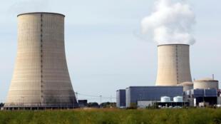 Relatório publicado pelo Greenpeace adverte para o risco de atentados nas centrais nucleares francesas, devido a problemas de segurança. Vista das torres de resfriamento da central nuclear de Golfech no suldoeste da França.