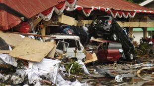 Жертвы землетрясения и цунами в Индонезии могут исчисляться тысячами, объявили власти страны