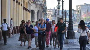 Des touristes dans une rue de la Vieille Havane, le 7 mai 2019. Cuba a accueilli 1,93 million de visiteurs au cours des quatre premiers mois de l'année, soit une augmentation de 7% par rapport à 2018. Le tourisme représente la 2e activité économique.