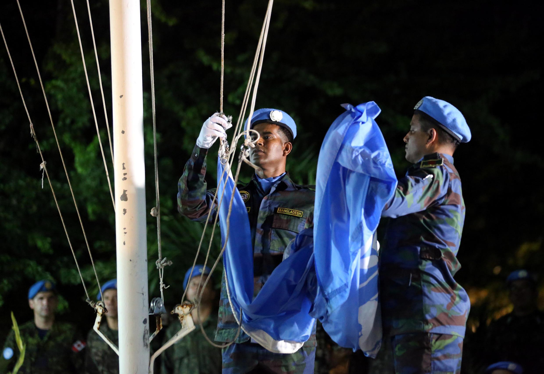Des Casques bleus de la Minustah ont descendu et plié la drapeau de l'ONU, symbole de la fin de cette mission.