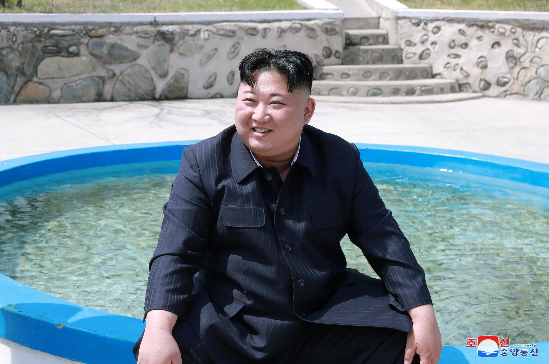 Лидер Северной Кореи Ким Чен Ын во время посещения рыбной фермы, 17 апреля 2019.