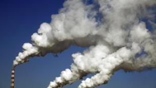 中國吉林某工廠煙囪中冒出的濃煙。圖片攝於2014年1月8日