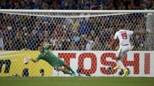 Ismail Ahmet (số 19) của Tiểu vương quốc Ả Rập Thống nhất đá phạt đền trước thủ môn Nhật Bản Eiji Kawashima, trong trận tứ kết ASIAN Cup 2015, Sân vận động Úc, Sydney, 23/01/2015