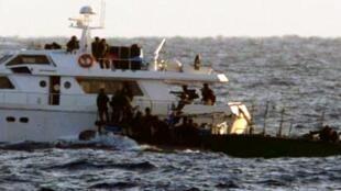 Des commandos de marine israéliens arraisonnent un bateau pro-palestinien, le 4 novembre 2011.